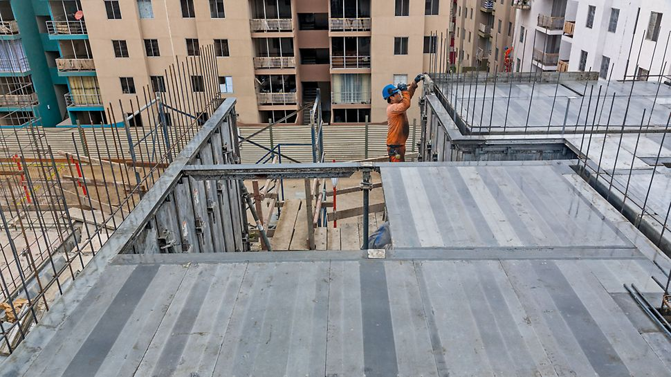 The slab formwork with the surrounding profiled edge is quickly installed - only a hammer is required.