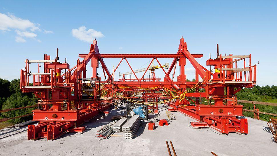 Avec les composants optimisés de l'équipement de porte-à-faux équilibré, il est possible de bétonner des segments de 5.75 m de long. Des éléments du système VARIOKIT sont également utilisés. Cela permet d'obtenir une adaptabilité maximale aux différences entre les sections transversales du pont.