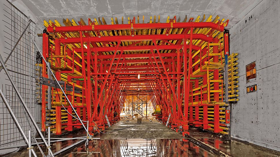 Tunel Limerick: Technici PERI navrhli atypické bednicí vozy, které umožňují zhotovení 28 betonářských záběrů s délkou po 20 metrech v pravidelném šestidenním taktu.
