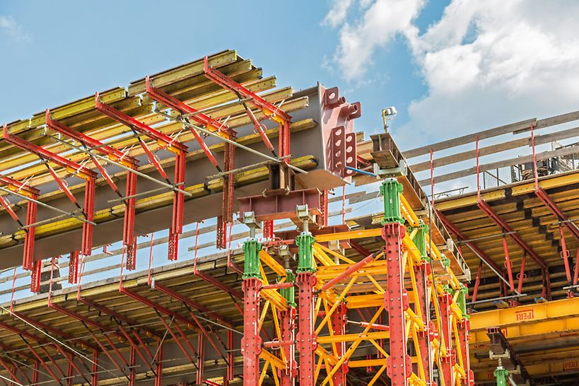 Nośność podpory równą 2500 kN uzyskano poprzez zastosowanie rusztu rozdzielczego i zmniejszenie rozstawów słupów wieży.