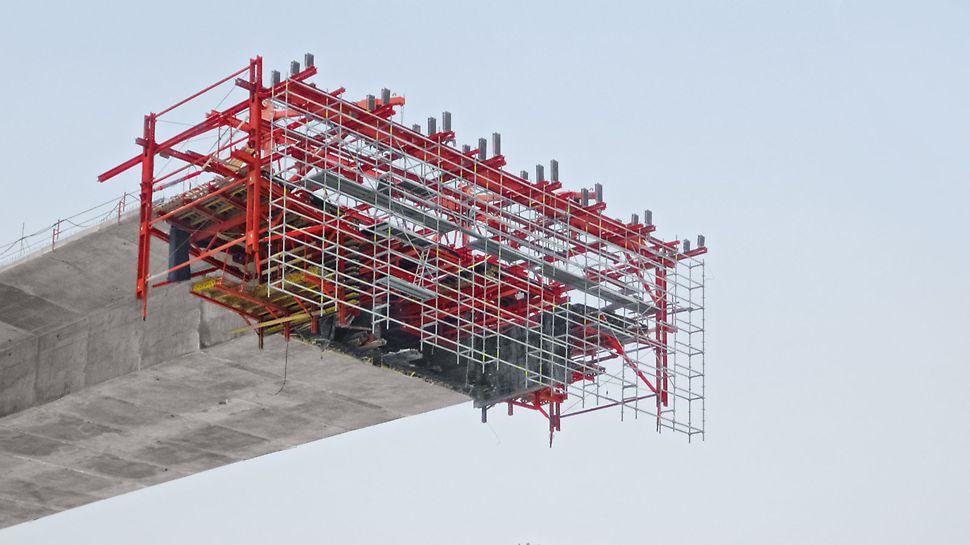Chachenka Autobahnbrücke, Moskau, Russland, Für sichere Arbeitsplattformen und Zugänge konnten VARIOKIT und PERI UP ideal kombiniert werden.