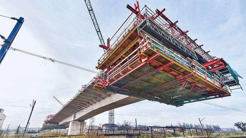 Přemostění železničního uzlu Krakov-Plaszóv: Při posunu zařízení pro letmou betonáž PERI nad stávající kolejiště byla bezpečnost stavařů a okolí zajištěna po celou dobu díky kompatibilitě s modulovým lešením PERI UP.