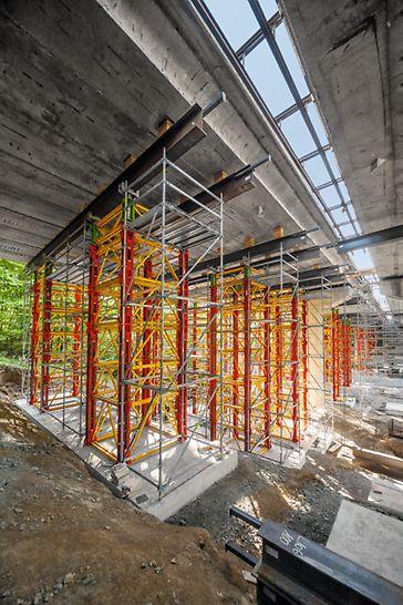 Podepření mostu na dálnici D1, Hvězdonice: Systém dovolil flexibilní přizpůsobení tvaru a zatížení v bodech určených pro podepření 44 vysokopevnostními věžemi VST až do výšky 11,30 m.