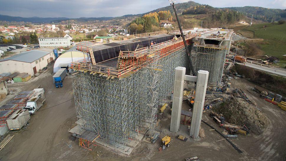 Estakáda 201-10, Dolný Hričov - Plynulé dodávky materiálu zabezpečili rýchle napredovanie výstavby.