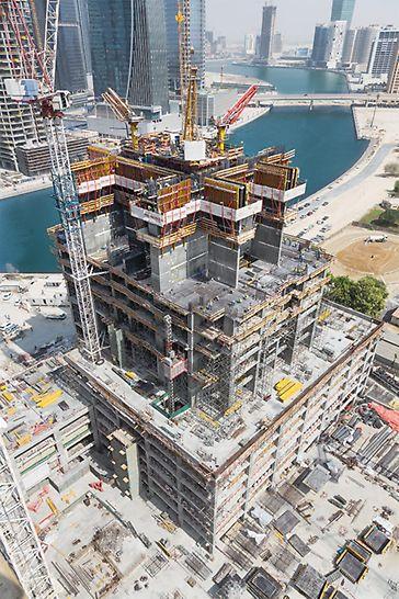 Die beiden 307 m hohen Hochhäuser weisen jeweils 75 Stockwerke auf, das dritte Gebäude mit 213 m Höhe besitzt 52 Stockwerke.