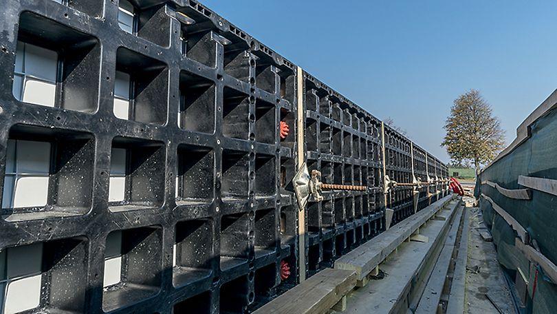 Lehké bednění DUO nasazené na římse mostu.