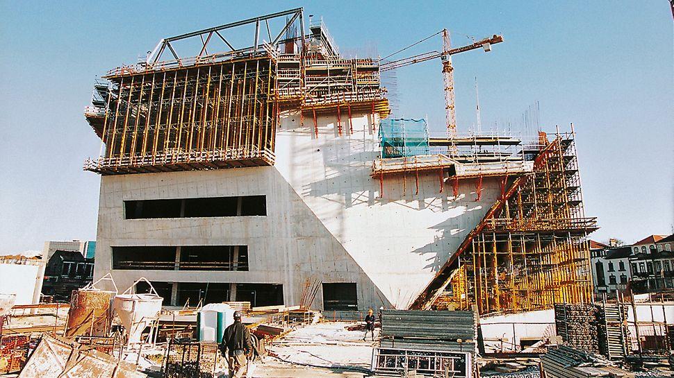 Casa da Música, Porto, Portugal - MULTIPROP tornjevi maksimalno se prilagođuju nagibu zida. Posebni priključci osiguravaju spojeve VARIO oplate i MULTIPROP sistema nosive skele.