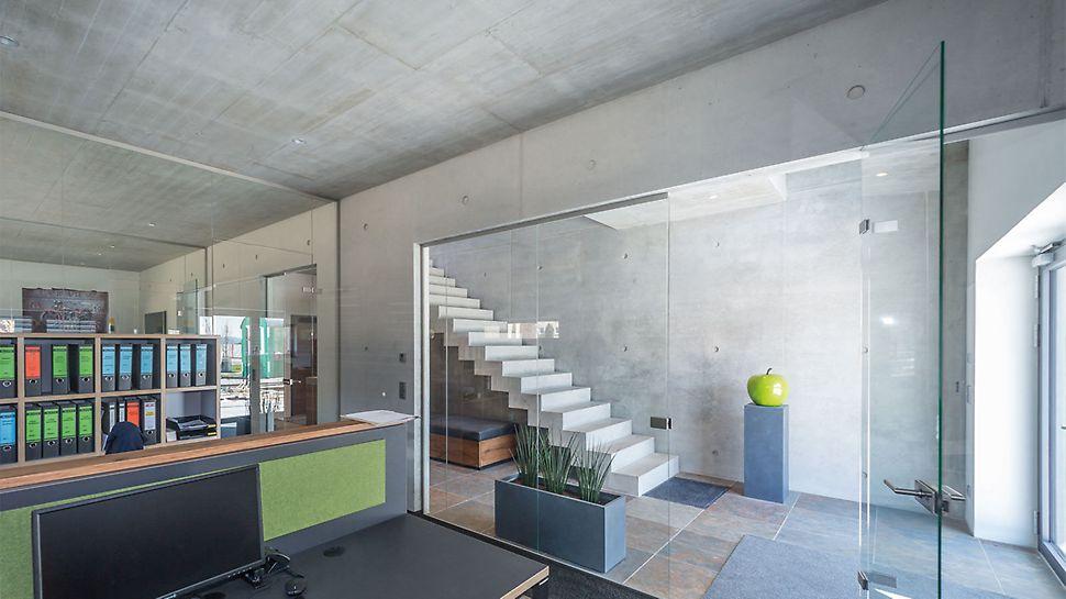 Ook binnen domineren muren van sierbeton de ontvangst- en kantoorruimtes op de begane grond.