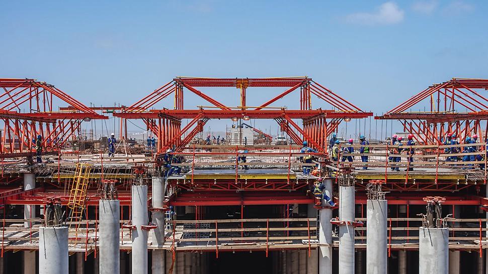 Anstelle einer herkömmlichen Deckenschalungslösung konzipierten die Ingenieure eine dem Brückenbau entlehnte Herstellungsvariante mittels Stahlschalwagen. Dabei wurde die tischartig ausgebildete Deckenschalung von einer VARIOKIT Fachwerkkonstruktion getragen.