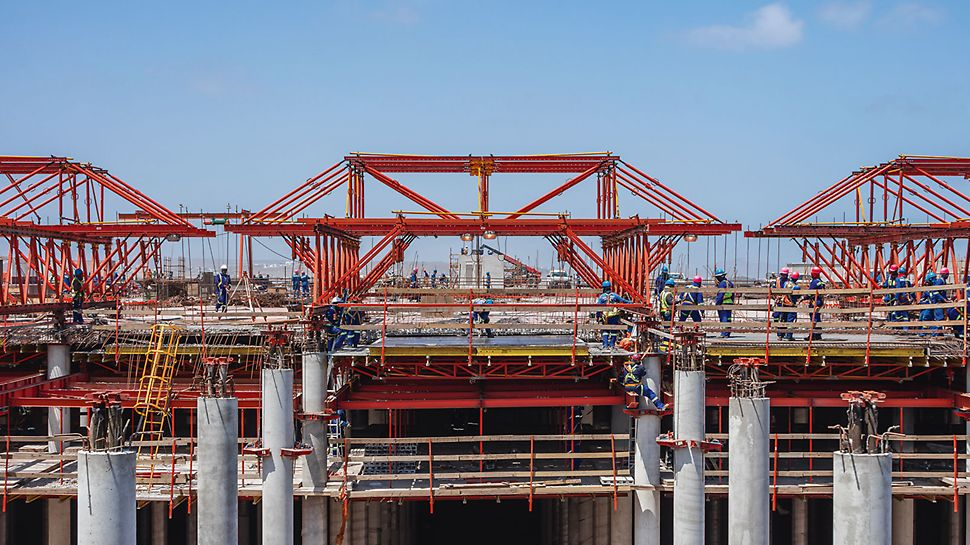 Instead of a conventional slab formwork solution, the engineers designed a construction variant borrowed from bridge building using formwork carriages. Thereby, the table-like slab formwork was supported by a VARIOKIT framework construction.