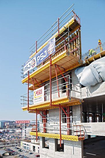 AZ Tower, Brno: Nosníkové bednění VARIO GT 24 pro vytvoření obvodových stěn posouvané na lávkách šplhavého systému RCS.