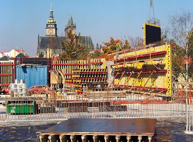 KIC Hradec Králové: Flexibilní uspořádání závor stěnového bednění VARIO GT 24 umožnilo dodržení požadovaného modulu spínání.