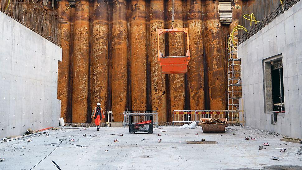Schaktgropen (B:40-60 m, L:120 m, D:18 m) används som torrdocka för produktion av de tre sänktunnelelementen