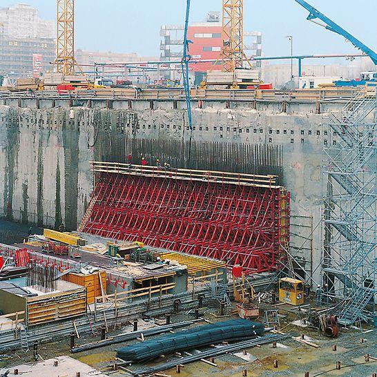 Postupimské náměstí: Opěrné rámy SB se stěnovým bedněním TRIO nasazené jako jednostranné u stěny vysoké 8,10 m.