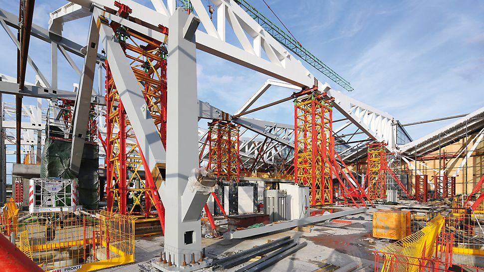 VARIOKIT Schwerlasttürme als temporäre Tragkonstruktion bei der Montage einer Stahlhalle eines Flughafenterminals.