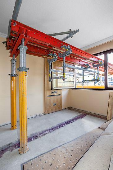 Die Laufkatze UFS 20 lässt sich auch an PERI RCS Schienen einsetzen – wie hier für den Materialtransport bei einer Sanierungsaufgabe.