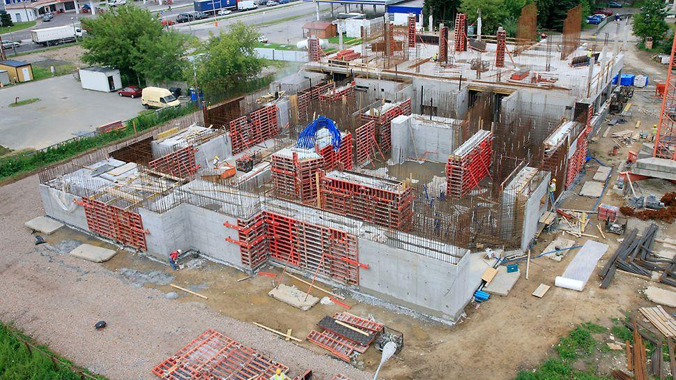 Projekt wymagał uzyskania wysokiej jakości architektonicznej powierzchni ścian i stropów.