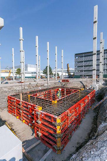 DOMINO es el encofrado para muros robusto para muros en altura y cimentaciones. Es especialmente apto para la construcción de fundaciones.