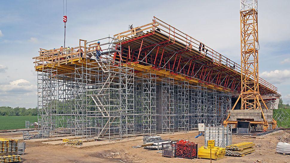 Zdjęcie: Bezpieczna praca i komunikacja na placu budowy z systemami deskowań i rusztowań PERI