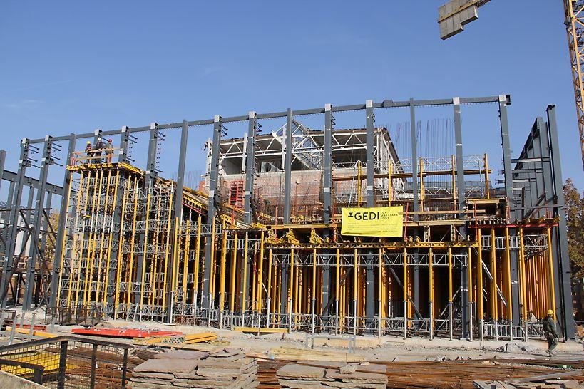 Az új fogadócsarnok építés közben