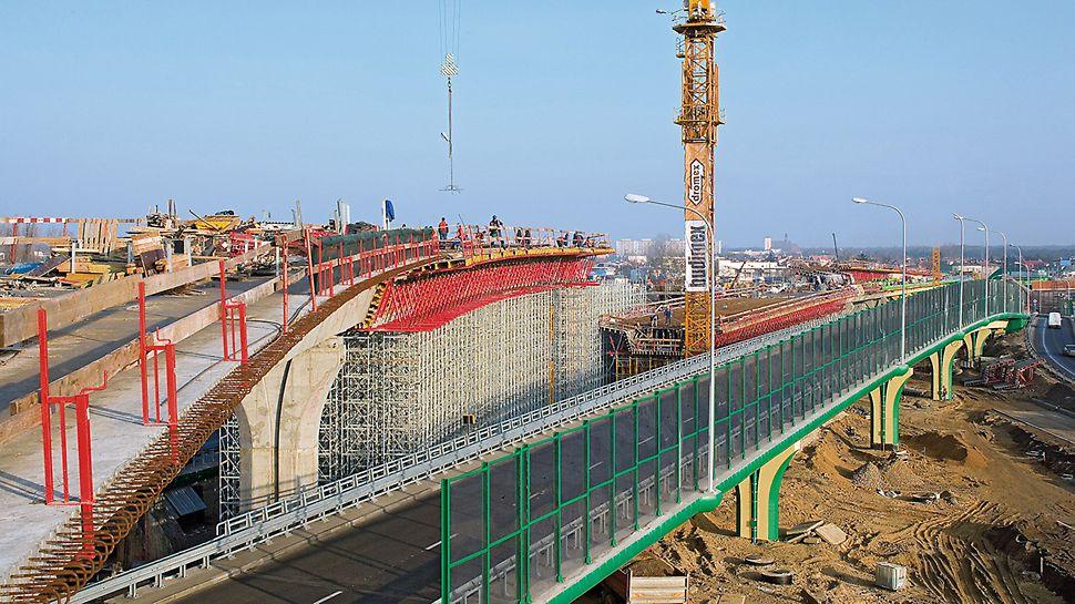 Nowe estakady Trasy Siekierkowskiej przebiegają na trzech poziomach. Dla deskowań płyty pomostowej, filarów, ścian oporowych i rusztowań podporowych PERI opracowało ekonomiczne rozwiązania.