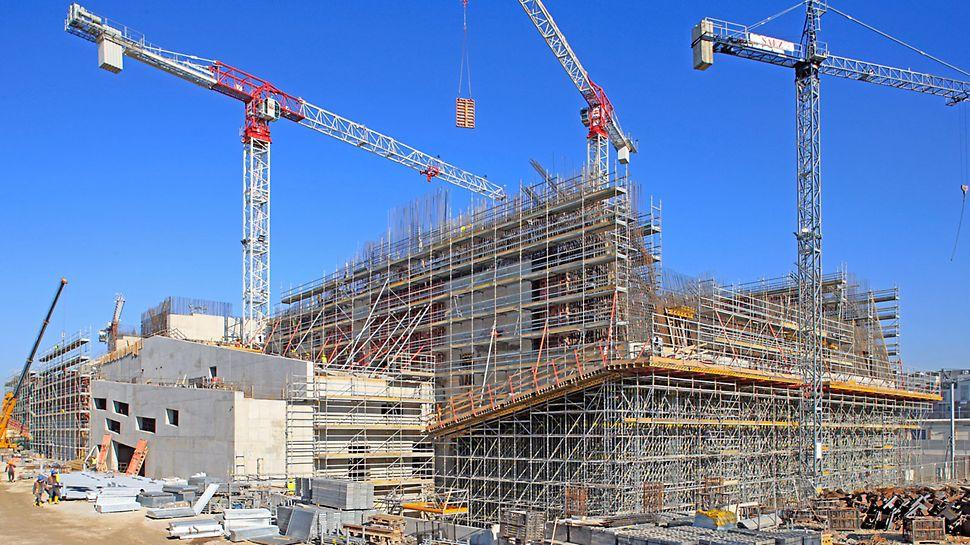 Parco della Musica e della Cultura: Modulové lešení PERI UP Rosett je nasazeno jako podpěrné a pracovní lešení. Styčníky PERI UP Rosett v rozestupech po 50 cm nabízí připojení z jakéhokoliv směru. V případě výskytu obzvlášť velkého zatížení se sloupky propojují 25 cm dlouhými horizontálami v modulu po 25 cm.