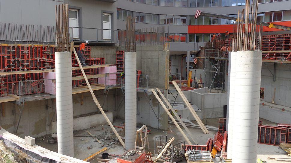 Atrium hotel - vovstavba bazénového komplexu, Nový Smokovec - Vysoké Tatry, Prístavbu tvorí sústava železobetónových stĺpov kruhového prierezu 400 mm a železobetónová stena hrúbky 350 mm. Steny boli realizované so systémom DOMINO.