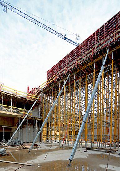 Podparcie pierwszego etapu tarcz stężających budynek M3 w głównej sali koncertowej.