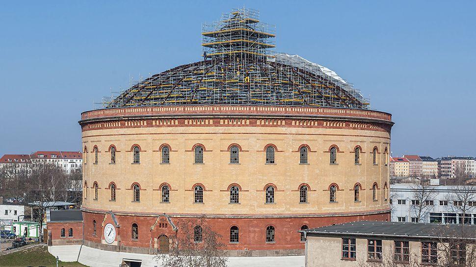 Bild vom Gasometer Nord, einem zentrumnahen Gebäude zur Gas-Zwischenlagerung in Leipzig, dessen Kuppel mithilfe des PERI UP Flex Raumgerüsts saniert wird.