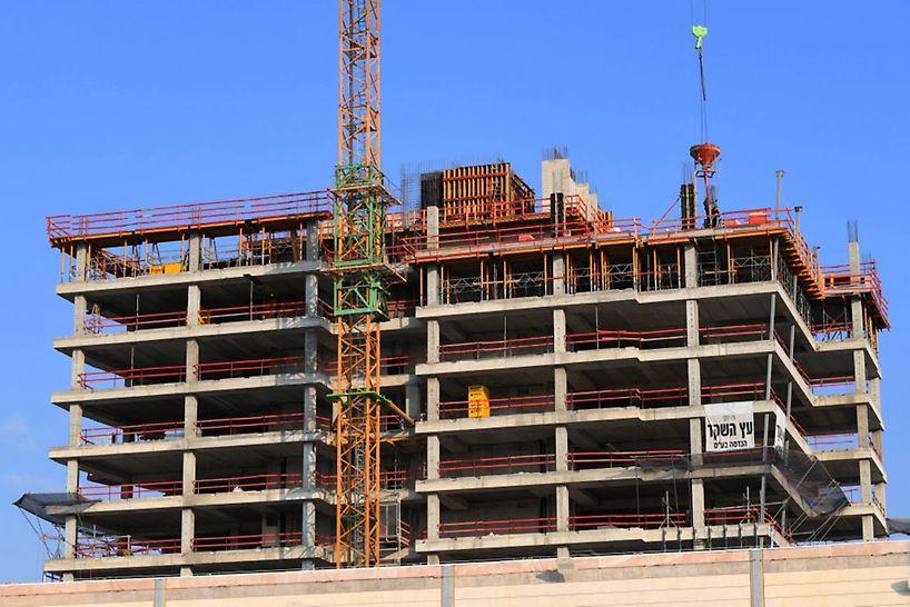 """שלד הבניין מורכב מגרעין בטון יצוק באתר, תקרת לוח""""דים וקורות השענה יצוקות באתר בהיקף המבנה."""