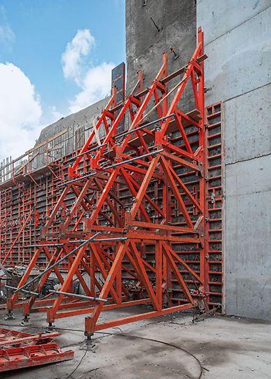 Ściany jednostronne w systemie kozłów oporowych SB. Scalone jednostki przestawiane są wraz z deskowaniem na kolejny etap betonowania.