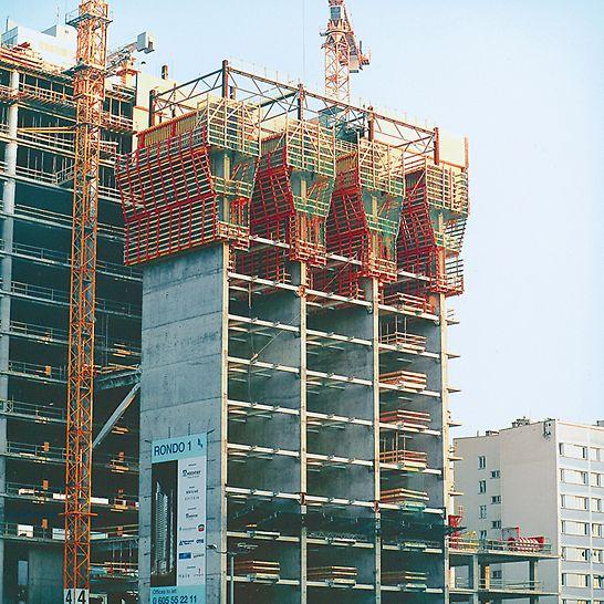 RONDO 1, Warschau, Polen - Die Lasten aus der ACS Selbstkletterschalung werden über Verankerungen sicher in das Bauwerk übertragen.