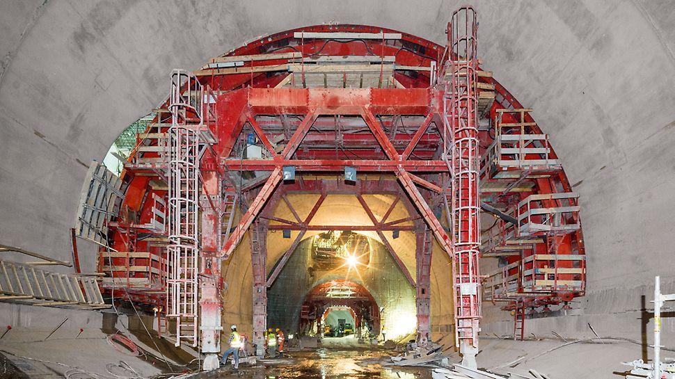 """Proširenje metro stanice Alžir - Ukupno je korišćeno četvoro PERI kolica sa oplatom za izradu tunela: pored  VARIOKIT tunelske konstrukcije za potrebe proširenja stanice """"Place des Martyrs"""" korišćena su i druga projektno specifična kolica radijusa 9,30 m, za izgradnju među-stanice """"Ali Boumendjel""""."""