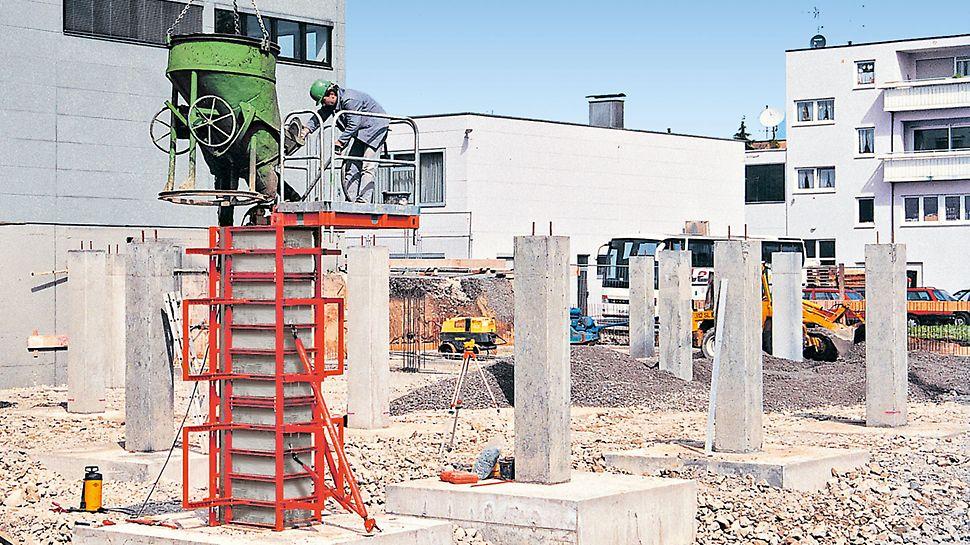 Betonářská plošina s integrovaným žebříkovým výstupem a bezpečnostním košem.