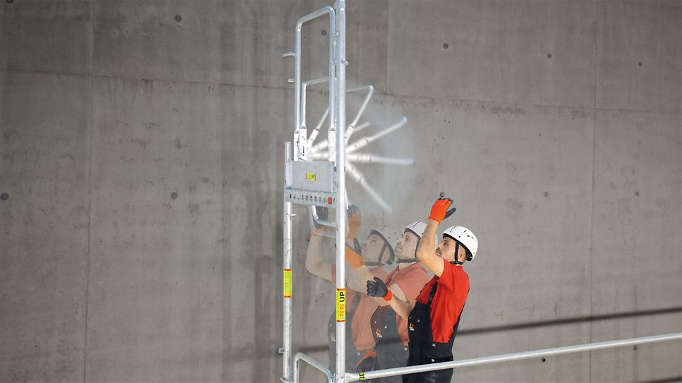 PERI UP T72/ T104 rámové lešenie: Dopredu namontované zábradlie na konci lešenia umožňuje rýchlu a bezpečnú montáž.
