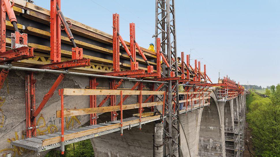 Sanace viaduktu, Ostrov nad Oslavou: Pro zhotovení nové římsy byl využit nově zkonstruovaný posuvný vozík pro římsové bednění, sestavený z dílů stavebnice VARIOKIT. Jeho posun byl zajištěn pomocí hydraulických válců ze systému šplhavého bednění RCS.
