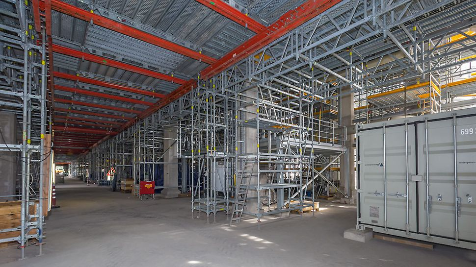 The PERI UP Flex modular scaffolding and the VARIOKIT modular construction system can be ideally combined for realising bridging and passageways.