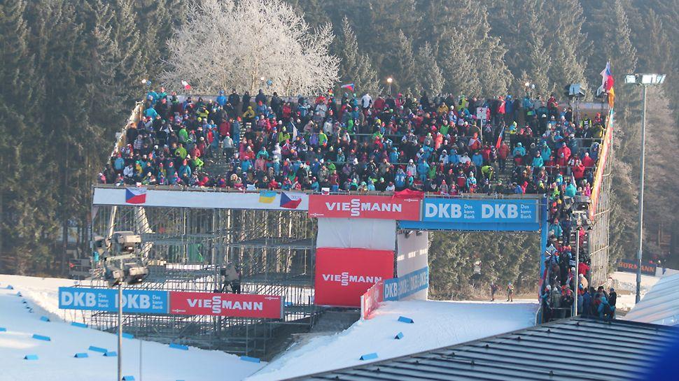 BMW IBU World cup Biathlon, Nové Město na Moravě: Tribuna u VIP stanu s průjezdem pro závodníky.