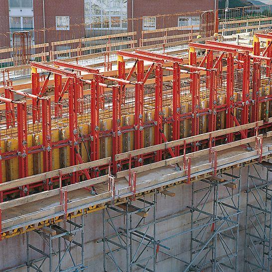 Katholisches Kirchenzentrum, Köln-Blumenberg, Deutschland - Die Absturzsicherungen an den Arbeitsbühnen auf ST 100 Stapeltürmen waren mit Geländerhaltern rasch montiert.