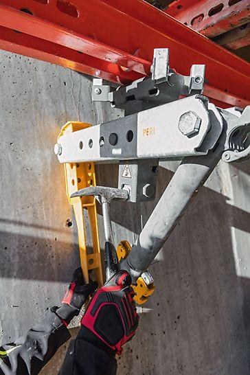Durch Schnell-Ausschal-Mechanismus des Rollen-Fallkopfs auch im beengten Raum schnell und praktisch – ein Hammerschlag genügt.