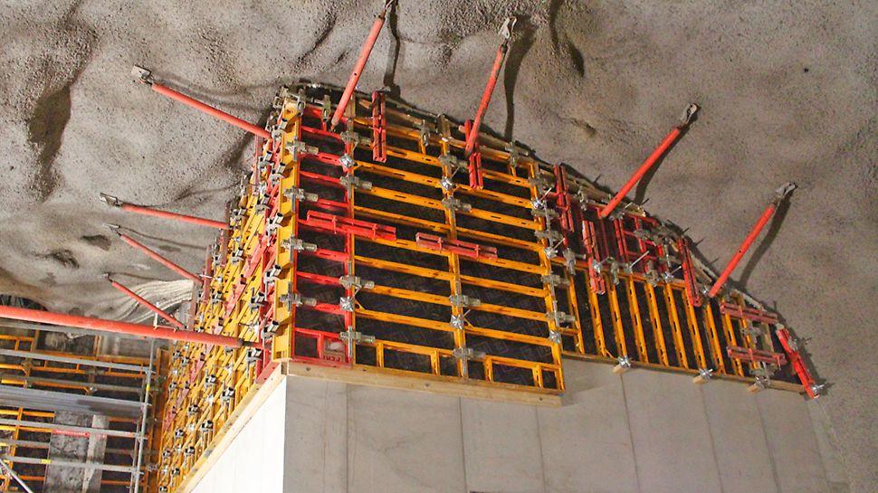 Kevyt DOMINO-seinämuotti on käytännöllinen ahtaissa tiloissa, joissa nostureille ei ole tilaa. Esimerkiksi alumiininen 250 cm x 100 cm elementti painaa alle 60 kg.