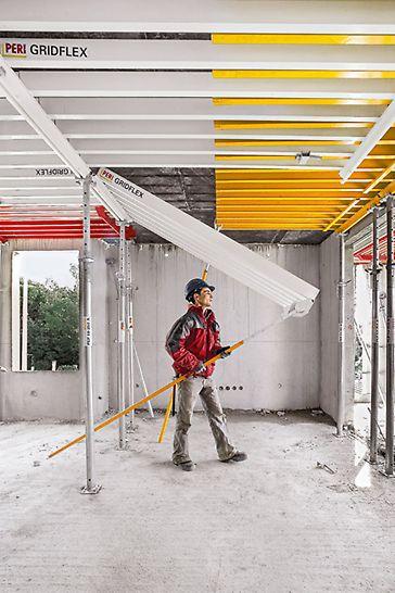 Die GRIDFLEX Elemente werden von unten eingehängt und mit der Schalhilfe nach oben geschwenkt. Ein Einmessen der Stützen entfällt, das beschleunigt das Arbeiten und vermeidet Fehler. So ist selbst ungeübtes Personal schnell mit der Handhabung des Systems vertraut.