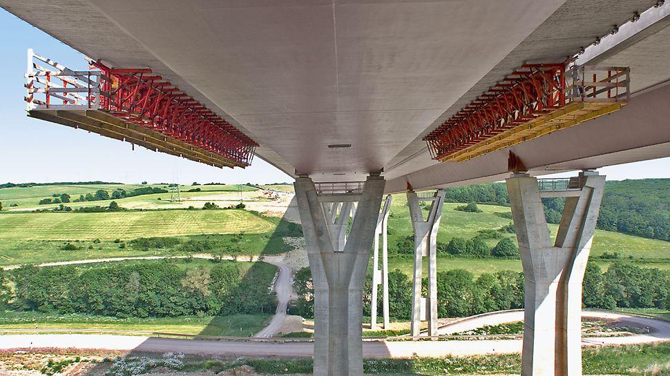 Zavěšený římsový vozík umožňuje v týdenním taktu obednění, betonáž a odbednění více záběrů střední a vnější části římsy s délkou 20 m bez omezení provozu na vozovce.
