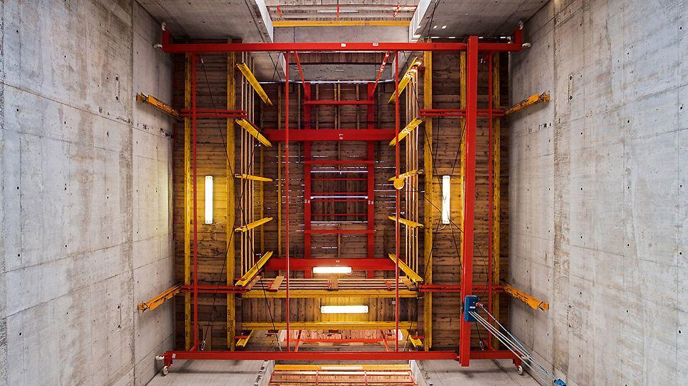 Porta Nuova Garibaldi, Mailand, Italien - Die ACS Plattformen tragen nicht nur die Kernschalung, sondern dienen auch zur Positionierung der Fertigteiltreppen über ein integriertes Trolleysystem.