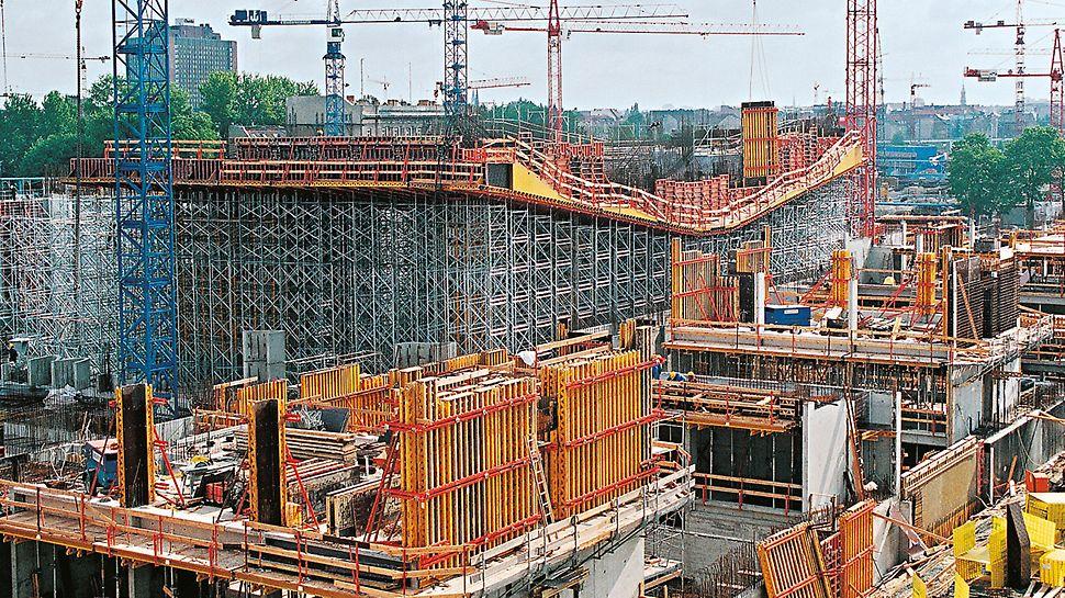 Úřad spolkového kancléře Berlín: Neobvyklý tvar budovy vyžadoval flexibilní přizpůsobení systémů bednění a lešení.