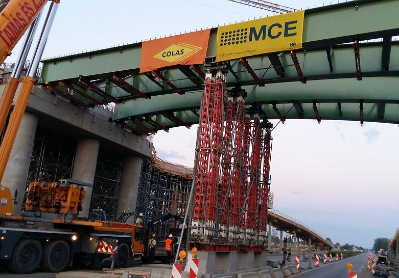 Az öszvér szerkezetű híd közbenső ideiglenes PERI HD 200 nehézállványzata építés közben