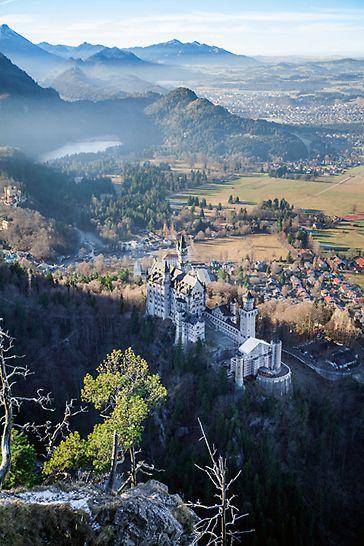Idilična lokacija zamka Neuschwanstein, okruženog jezerima i  planinama.