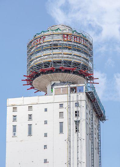Getreidesilo auf der obersten Ebene des Henninger Turms, welcher mit PERI UP Rosett Flex Arbeits- und Schutzgerüsten umgeben ist, um einen Rückbau zu ermöglichen.