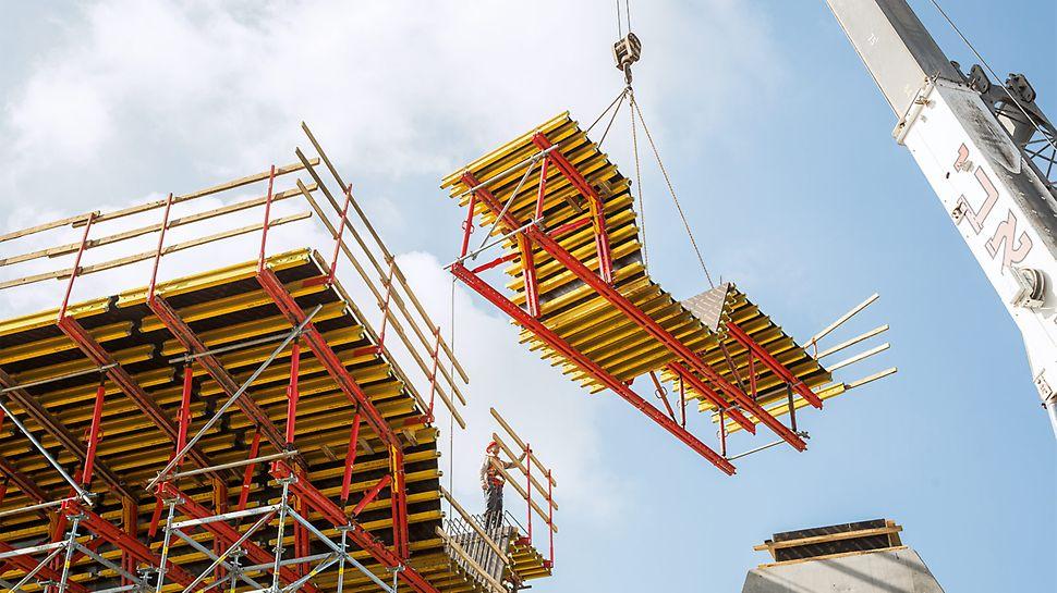 Die mit etwa 8 m x 3 m großflächig dimensionierten Schalungseinheiten auf Basis des VARIOKIT Ingenieurbaukastens ließen sich mit nur einem Kranhub zeitsparend umsetzen.