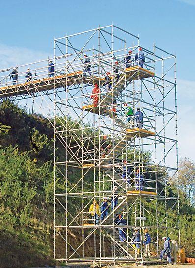 Schodnia PERI UP z biegami stalowymi 100 i 125 na placu budowy.